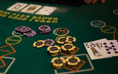 How to play three-card poker?